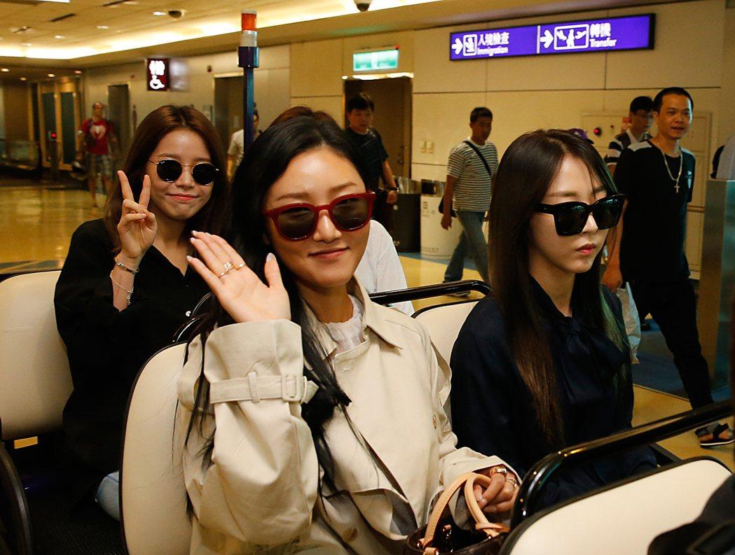 南韓女團MAMAMOO下午搭乘OZ-713班機抵達桃園機場,在閘口就以粉絲等候,...