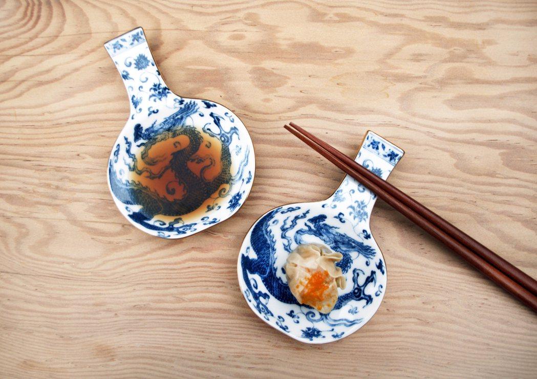 「瓶安蘸福-醬碟筷架」,將故宮珍藏文物青花龍紋天球瓶轉變成醬碟筷架。圖/故宮提供