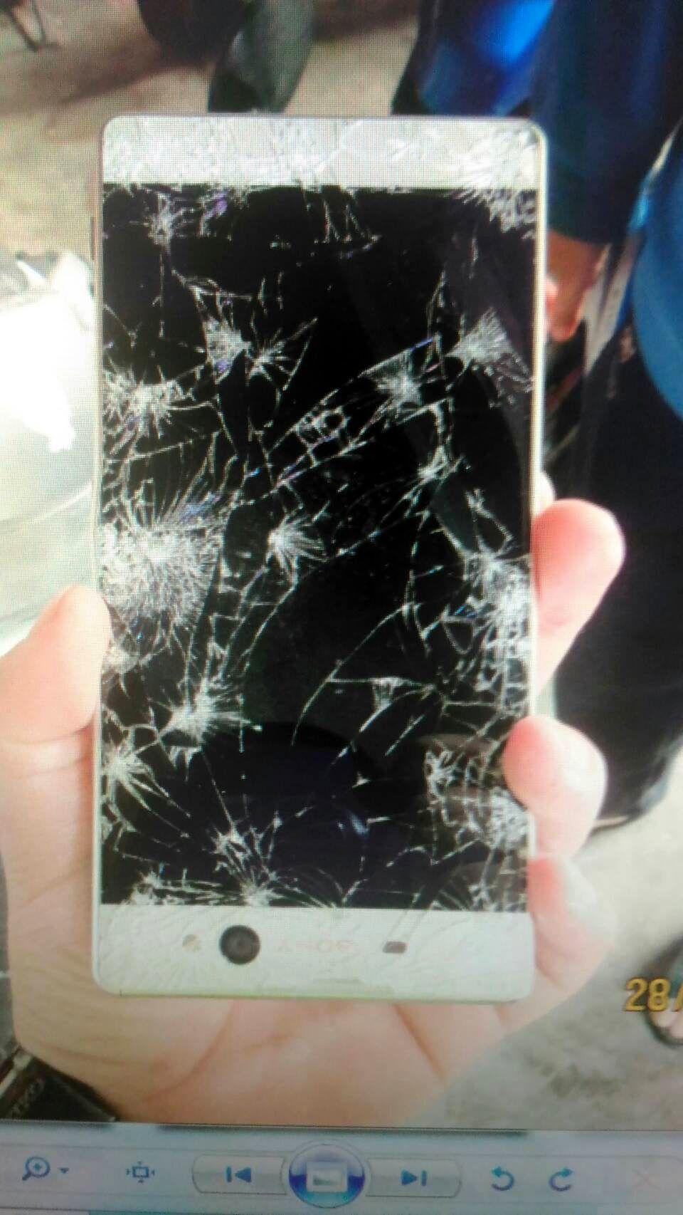 江姓婦人在路口見地上有手機被車壓成螢幕滿天星,心想應該沒人要就撿走未送交警方,因...