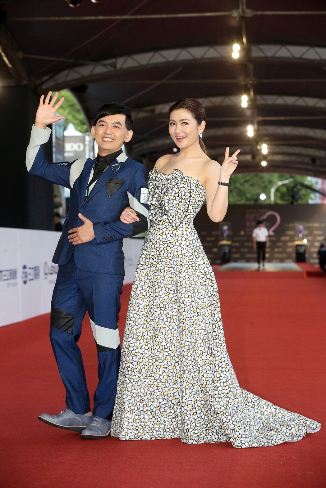 第52屆電視金鐘獎主持人黃子佼(左)、任家萱Selina走星光。記者黃威彬/攝影