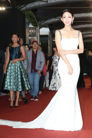 第52屆電視金鐘獎入圍戲劇節目女配角獎的安唯綾走星光大道。