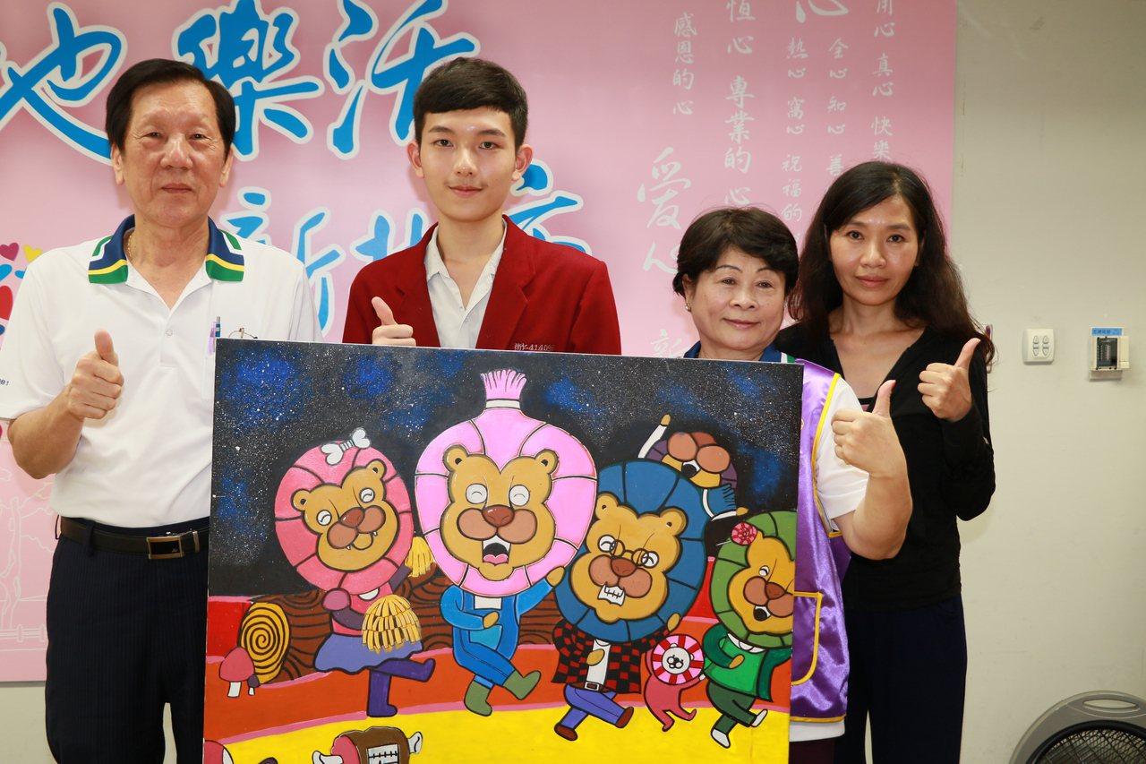 魏廷亘(左2)在媽媽陪伴下(右1)所繪的「快樂的獅子」,由陳安正(左1)和詹金枝...