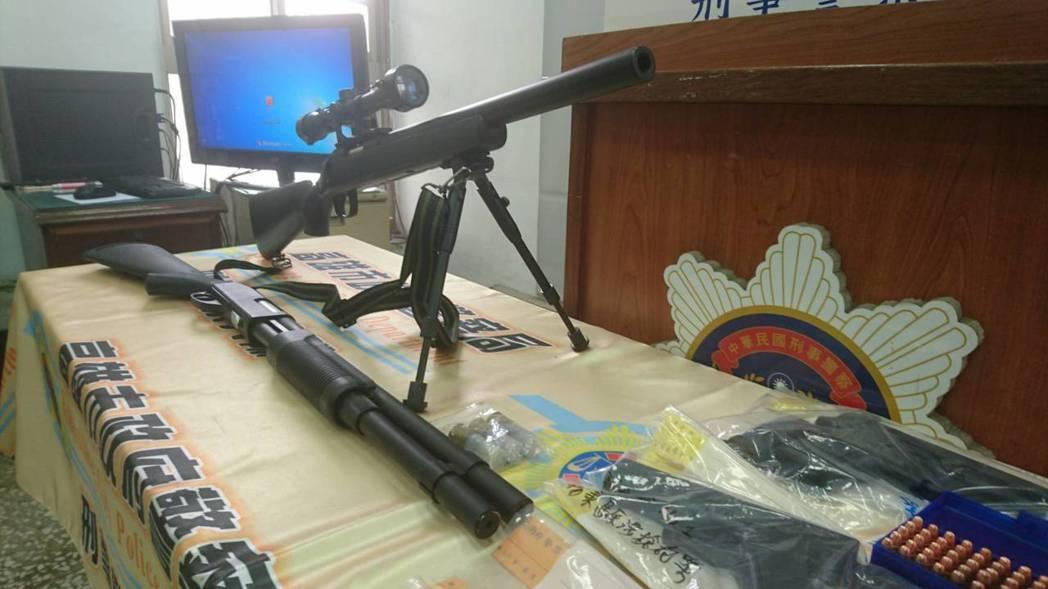 警方查扣改造槍枝、空氣長槍、改造工具等。記者劉星君/翻攝