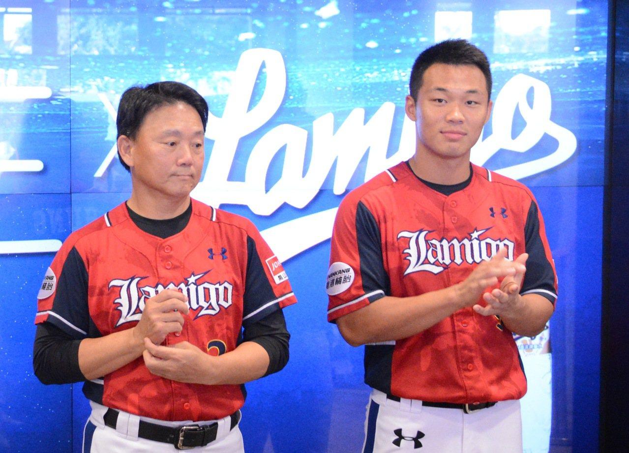 Lamigo桃猿隊強打王柏融(右)因手指挫傷,今明兩天將掛免戰牌。記者蘇志畬/攝...
