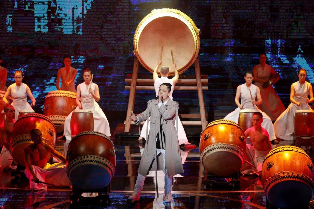 第52屆金鐘獎頒獎典禮在國父紀念館舉行,由優人神鼓與J.Sheon以「鼓破新時代...