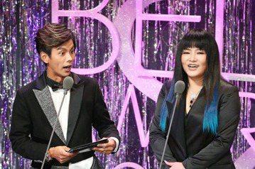 第52屆金鐘獎頒獎典禮在國父紀念館舉行,唐綺陽(右)與阿翔搭檔頒獎。