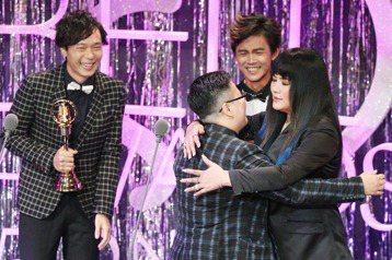第52屆金鐘獎,盧律銘、簡豐書獲音效獎,頒獎人唐綺陽獻上擁抱。