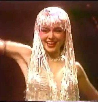 崔苔菁「但是又何奈」性感又華麗的銀管裝,是最經典的造型。圖/翻攝自YouTube