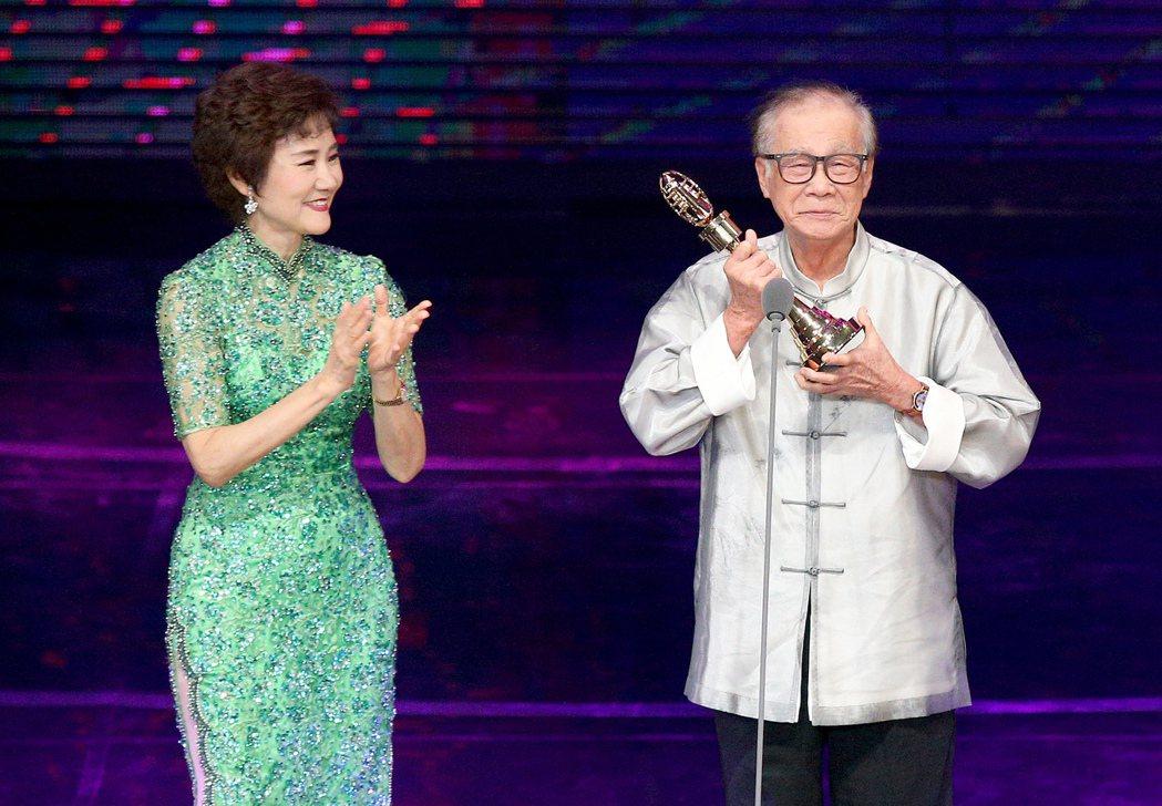 第52屆金鐘獎頒獎典禮在國父紀念館舉行,導演林福地(右)獲終身成就獎,吳靜嫻(左...