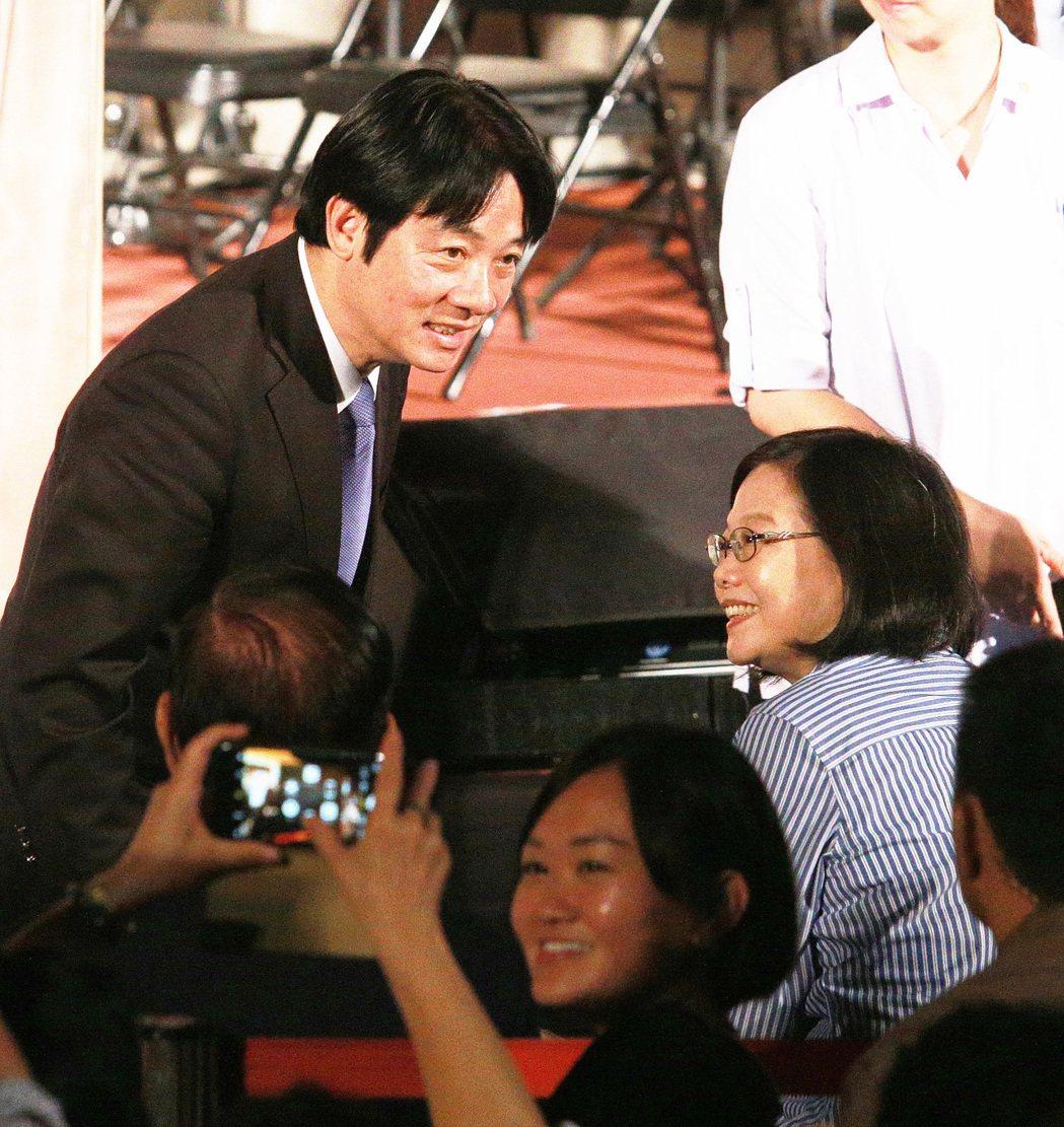 蔡英文總統(右)與行政院長賴清德(左)今晚一起到台南後壁黃家古厝參加中秋音樂會。...