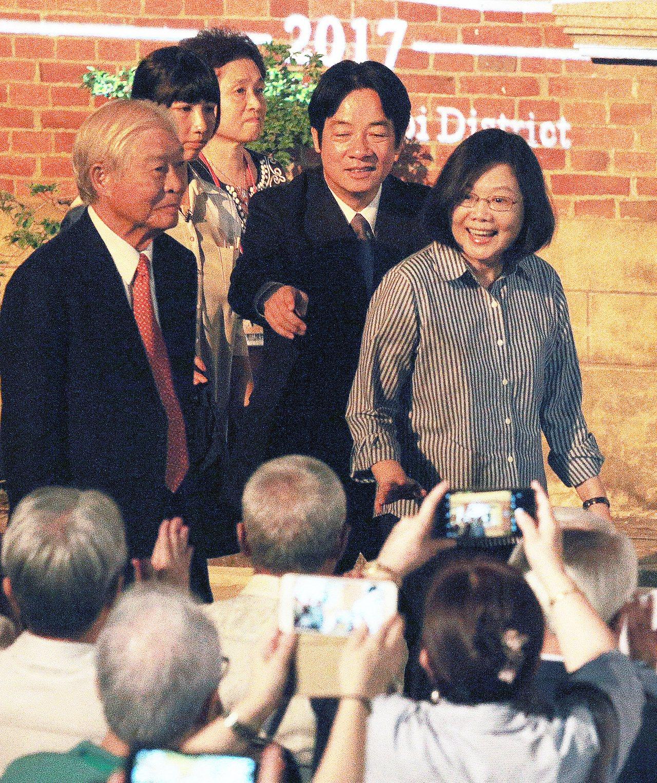 蔡英文總統(右)與行政院長賴清德(中)今晚一起到台南後壁黃家古厝參加中秋音樂會,...