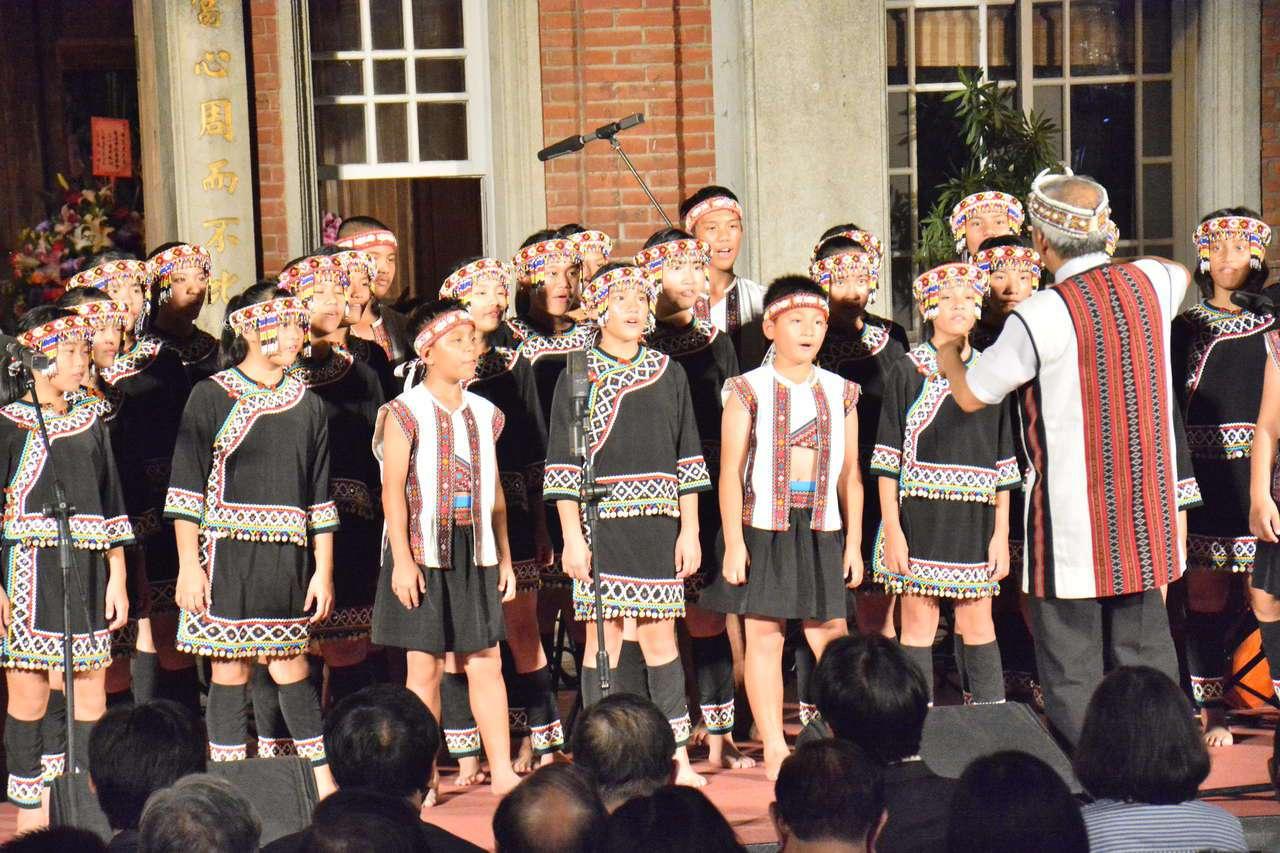 台南黃家古厝中秋音樂會由台灣同聲童聲合唱團揭開序幕。記者吳淑玲/攝影