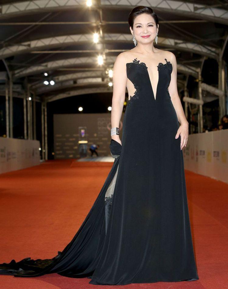 楊貴媚選擇林薇時尚婚紗的黑色禮服,蕾絲刺繡薄紗露胸又露腰完全沒在客氣,可拆式的披...