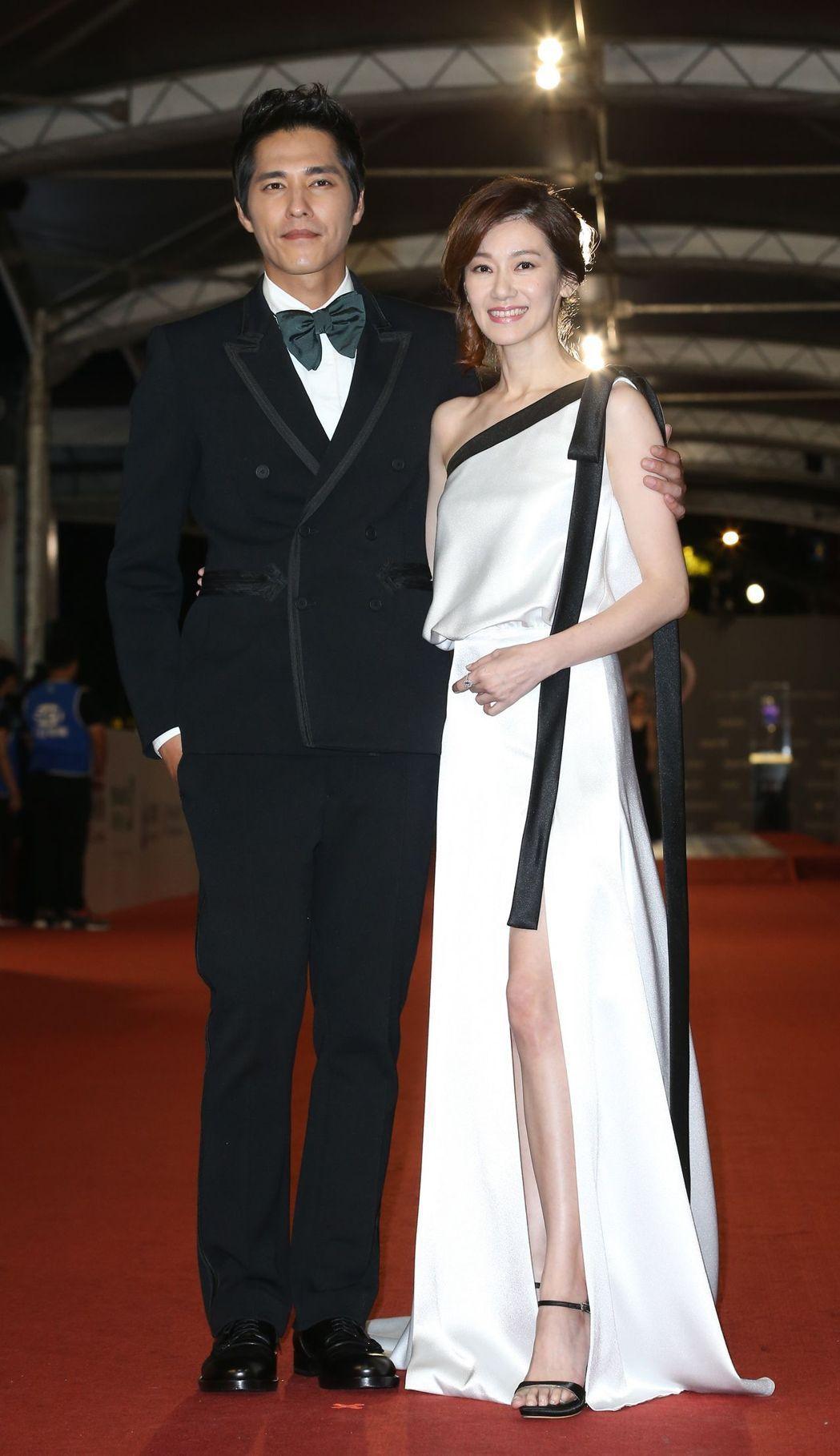 和老婆周幼婷甜蜜現身的藍正龍,則以Bottega Veneta雙排釦西裝展現更沉...