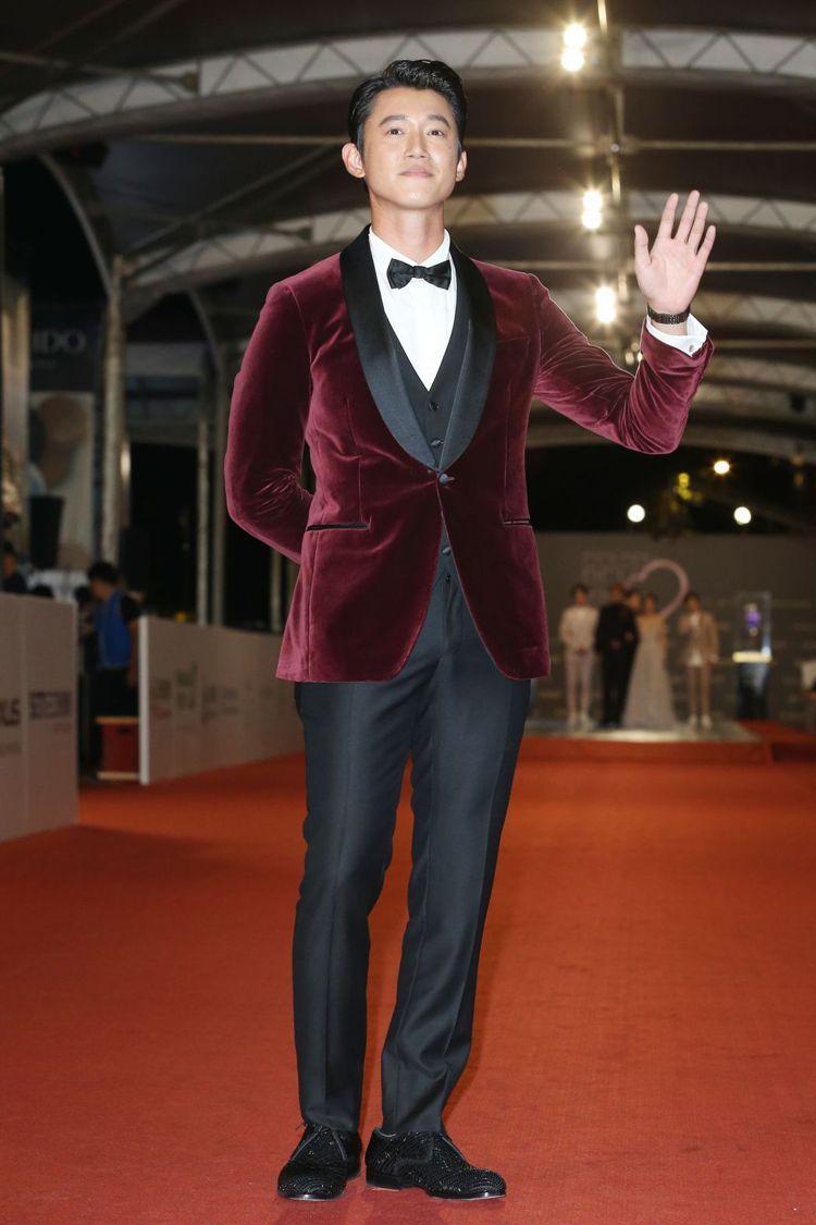 吳慷仁突破「黑衣堅持」,選穿Ferragamo酒紅色絲絨正裝。圖/記者陳立凱攝影