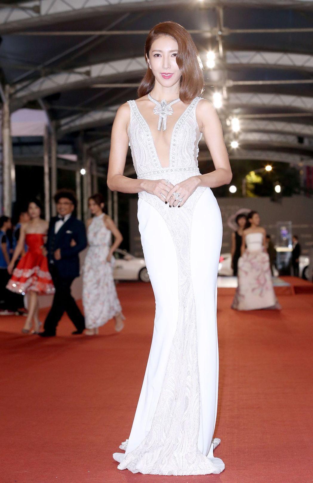 楊謹華以一身Berta深V低胸貼身禮服現身,顯瘦又充分展現姣好曲線,近7千萬元的...