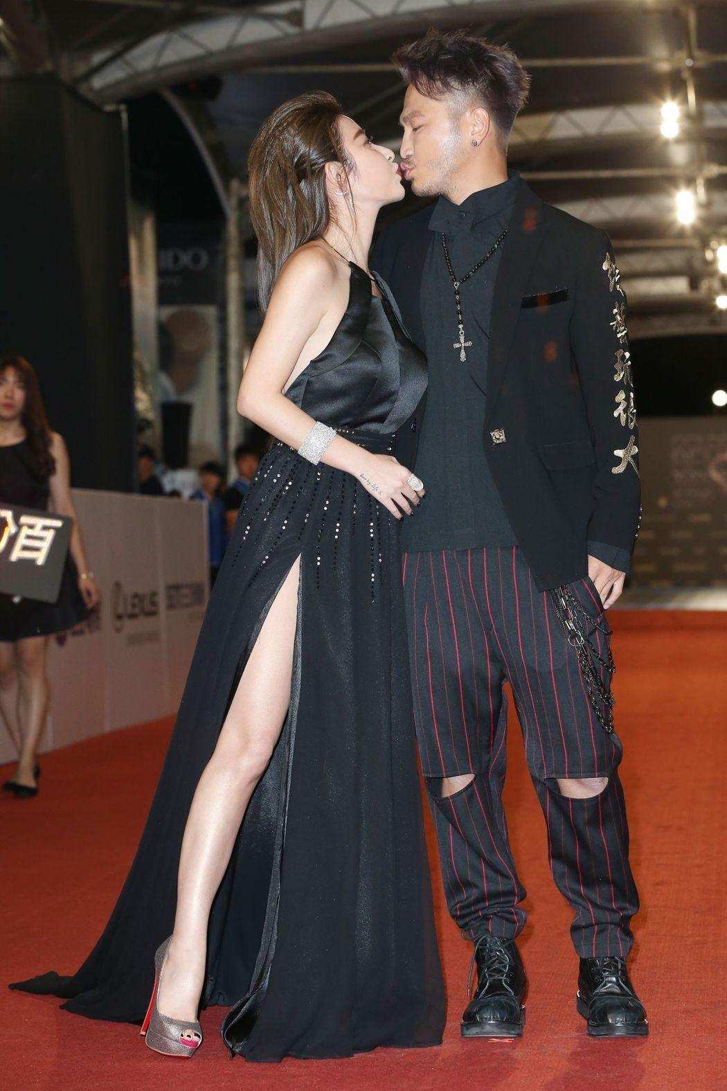 與男友Kid一同現身的許維恩也以黑色禮服大秀美腿。記者陳立凱/攝影