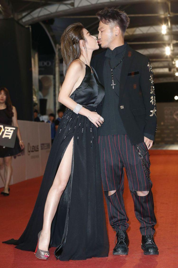 與男友Kid一同現身的許維恩也以黑色禮服大秀美腿。圖/記者陳立凱攝影
