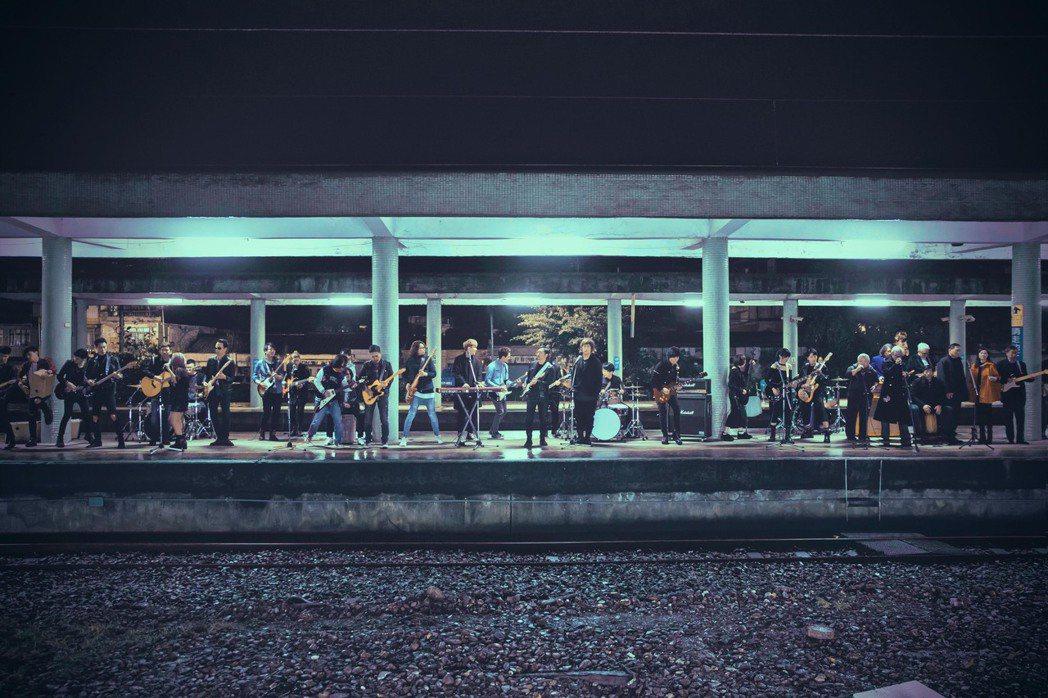 五月天和7組樂團在寒風中拍攝「成名在望」MV。圖/相信音樂提供
