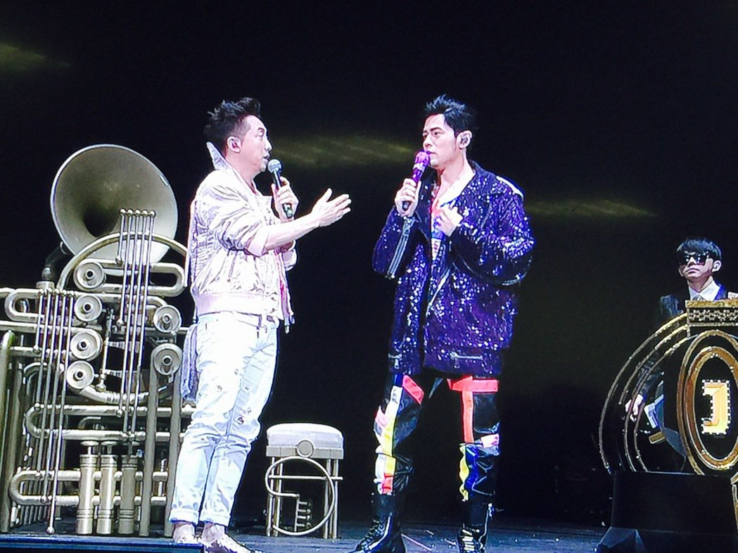 周杰倫(右)第三場邀哈林合唱,兩人玩年齡哏。記者袁世珮/攝影