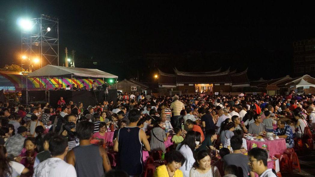 桃園市政府客家事務局今晚在新屋區范姜老屋前,熱鬧舉辦「客家月光團圓音樂宴」,席開...