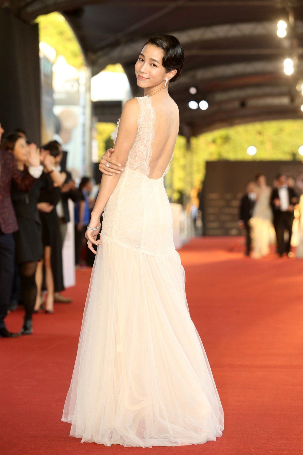 溫貞菱穿MS IDEAS訂製蕾絲紗裙禮服登場。記者黃威彬/攝影