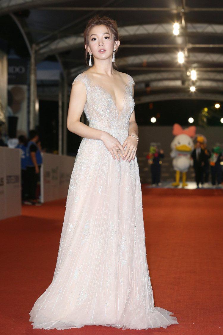 瑤瑤則是在紅毯穿著Jasmine Galleria高訂禮服,露出完美的弧線。圖/...