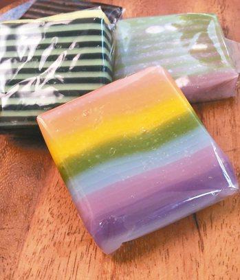 七彩娘惹糕,所用的顏色來自天然。 圖╱朱慧芳