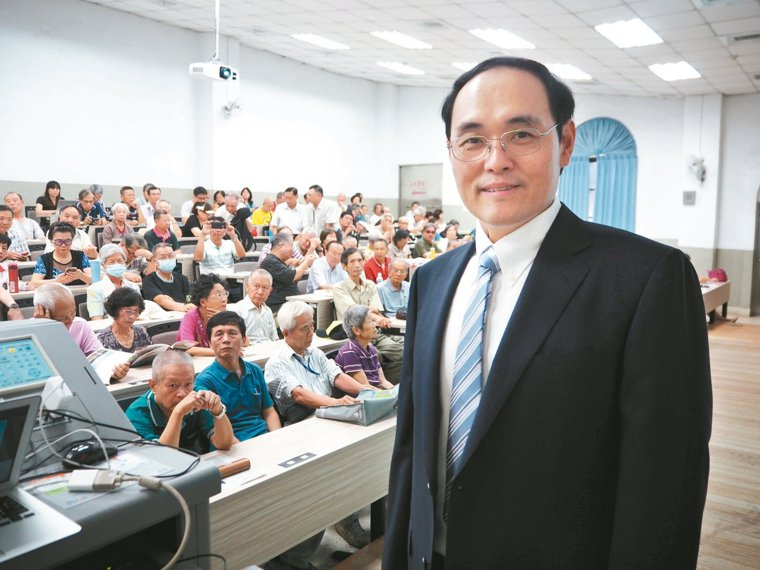 鄒頡龍醫師(右)透過電影,以深入淺出方式,分享男女常見的各種泌尿問題。 記者喻文...