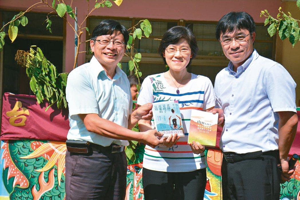 台南市左鎮國中校長蔡宜興(左)與左鎮國小校長李智賢(右)將《老師,是孩子遲到的父...