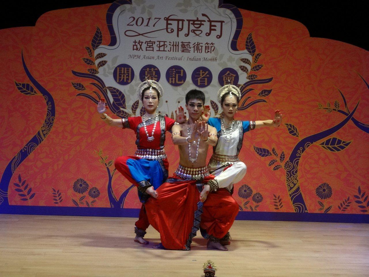 嘉義縣故宮南院亞洲藝術節-印度月,昨天熱鬧登場,3名穿印度服飾男女舞者表演暖場。...