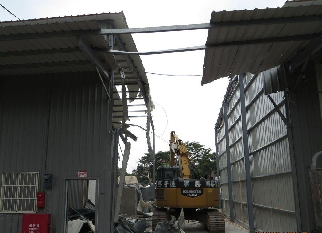 桃園市政府拆除農地違建,今年已拆除76棟。 圖/市府建管處提供