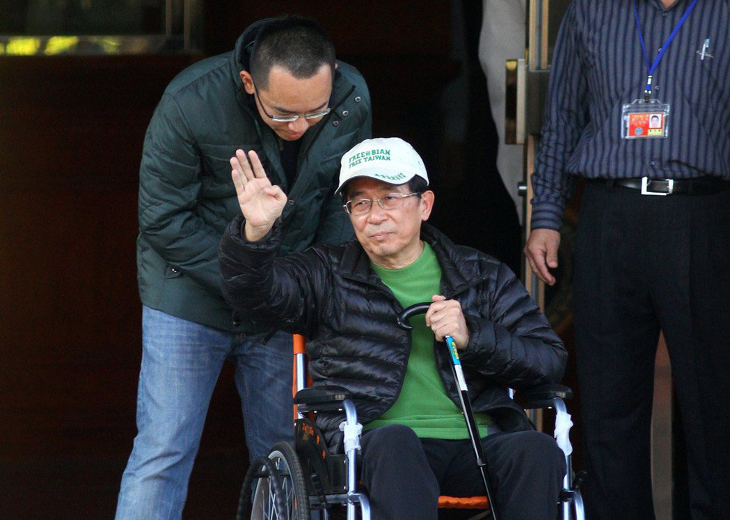 2015年1月5日,陳水扁於獲准保外就醫,由兒子陳致中陪同離開台中監獄。 本報資...