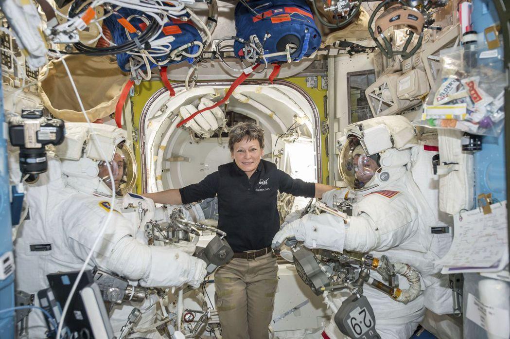 前往國際太空站的太空人一般會在太空站上生活一百多天,無重力環境會影響他們的身體和...