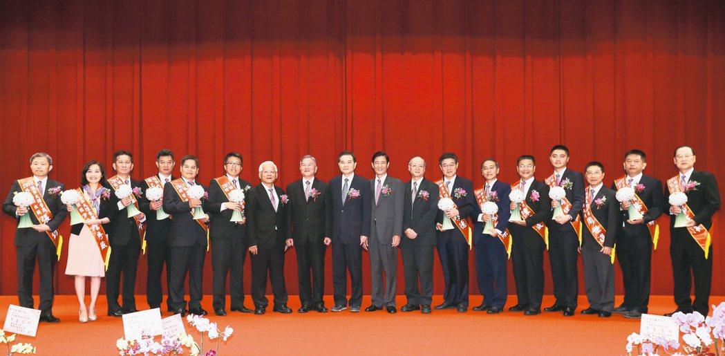 台北經營管理研究院昨天在海基會舉辦2017傑出大陸台商頒獎典禮,表揚傑出大陸台商...