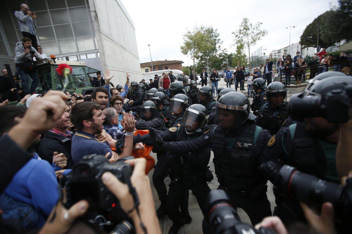 西班牙國民警衛隊(Guardia Civil )也於希羅那(Girona)——加...