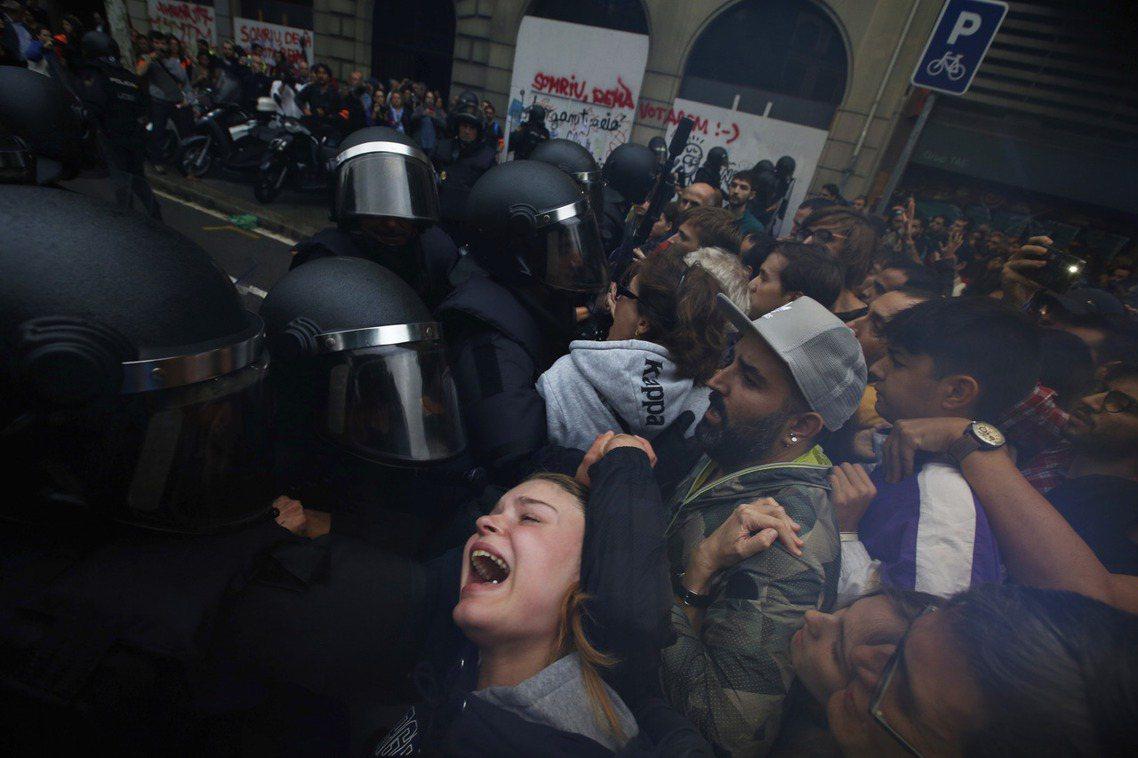 拉蒙柳利大學周邊的警民衝突。 圖/美聯社
