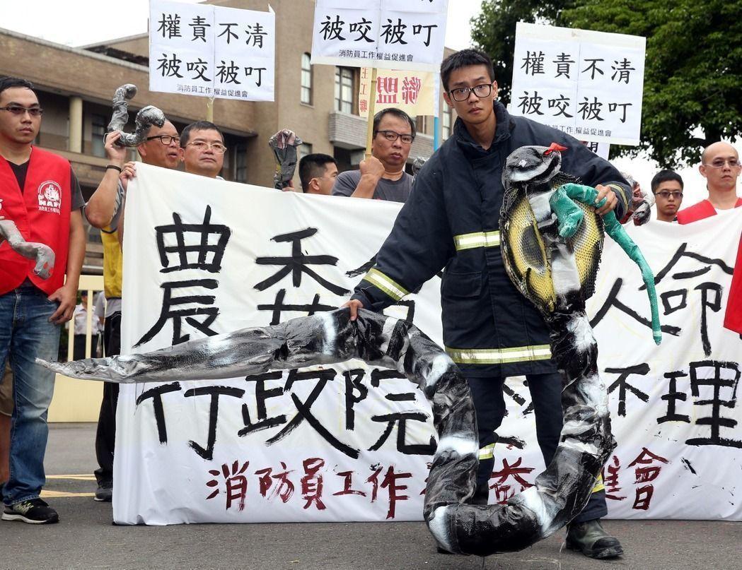 捕蜂捉蛇非消防隊業務,卻長年都由消防局在扛,消防員去年曾到行政院抗議。 本報資料...