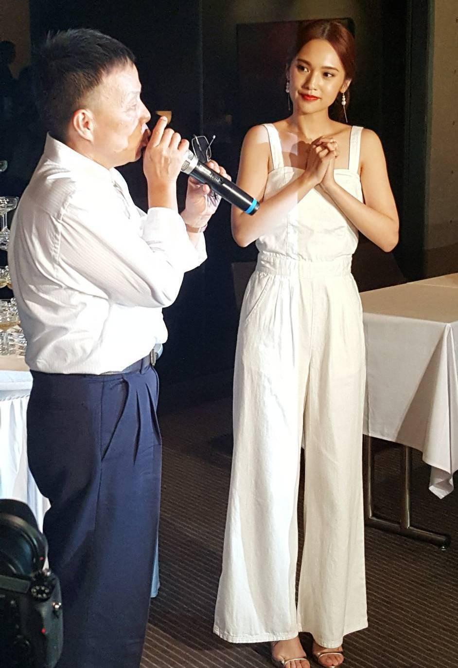 楊丞琳(右)出席植劇場慶功宴,左為王小棣。記者杜沛學/攝影