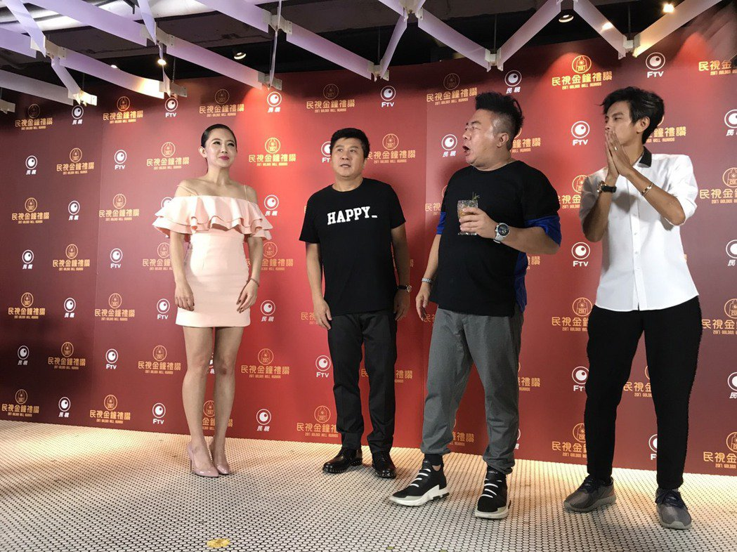 胡瓜(右二)帶著阿翔(右起)、董至成和謝忻在金鐘會後宴上感謝大家。記者葉君遠/攝