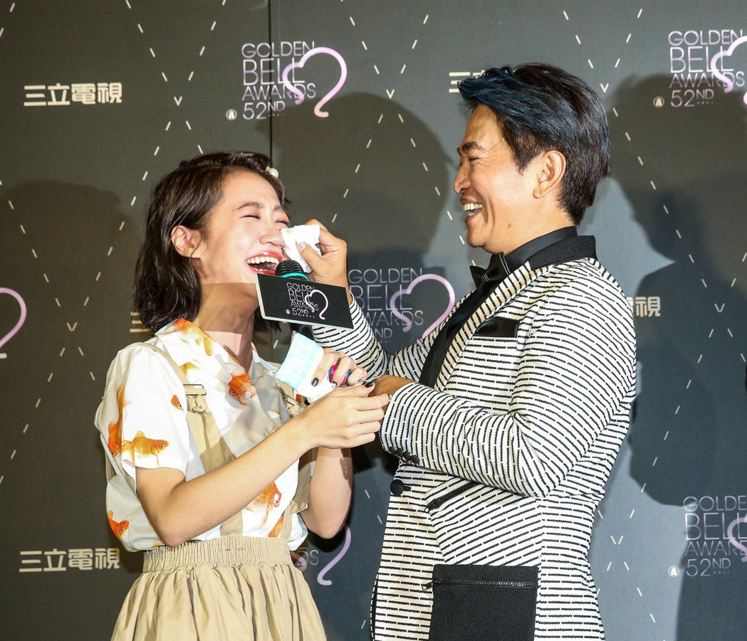 吳宗憲(右)幫Lulu(左)擦眼淚。記者鄭清元/攝影