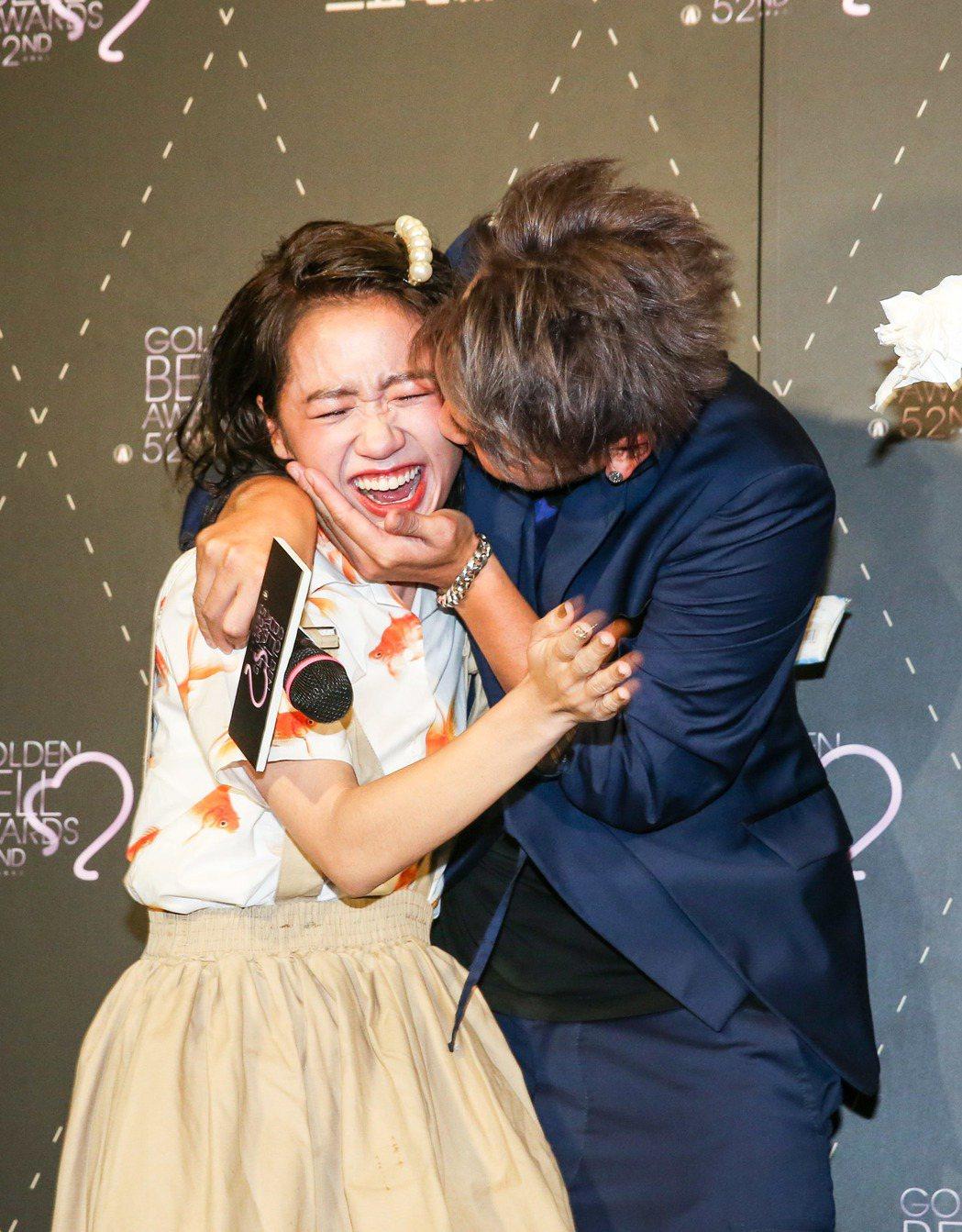 KID林柏昇(右)送給Lulu(左)一個安慰之吻。記者鄭清元/攝影