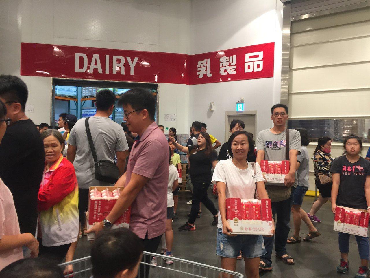 民眾搶購一家美式賣場上市的厚奶茶。聯合報系資料照/記者唐秀麗攝影