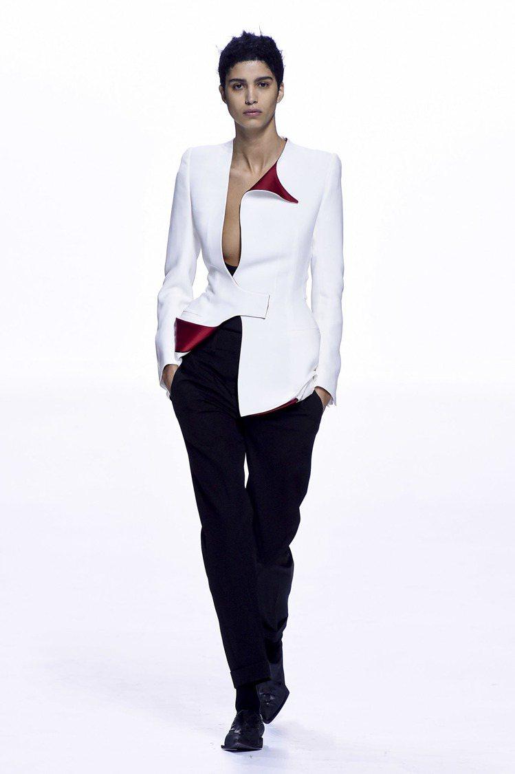 俐落的西裝褲搭配不對稱剪裁的西裝外套,這是Haider Ackermann的20...