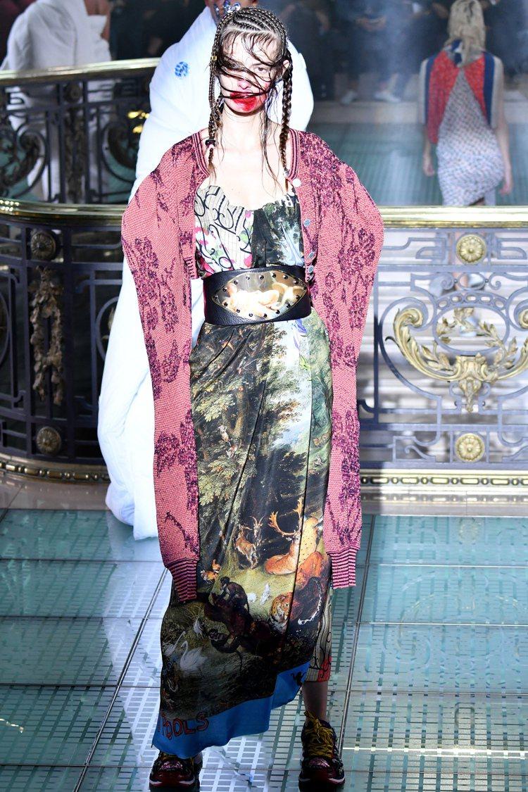 多種看似衝突的元素並列,表現出Vivienne Westwood的精神意念,女性...