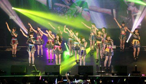 NMB48今天在ATT SHOWBOX連開兩場演唱會,16名成員有備而來,輪流大秀自己會說的中文。她們部分成員曾經來台灣取景拍攝MV「榴槤少年」,對台灣早就不陌生。成員們特別學了「你們好棒棒」、「我...