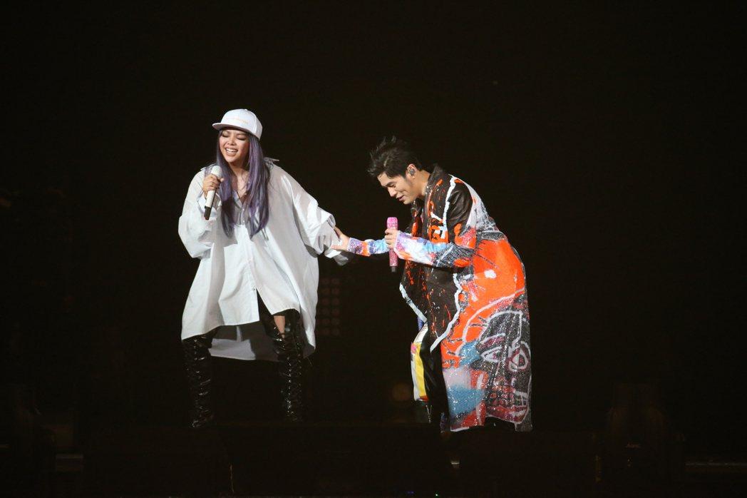 阿妹(左)與周董合唱。記者陳立凱/攝影