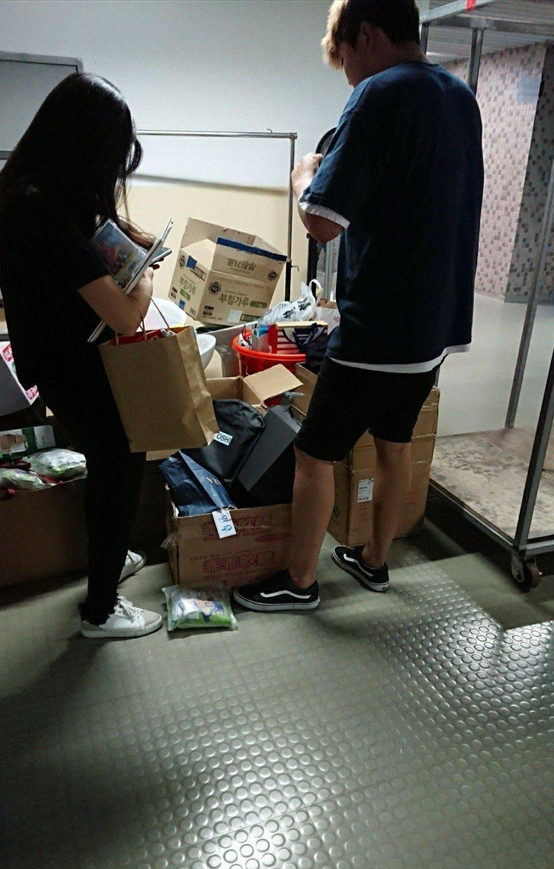 爆料者拍下禮物被拆的照片。圖/摘自Dcard