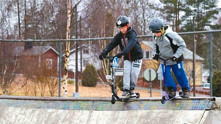 低年級學生在戶外玩滑板車。 圖/英國廣播公司