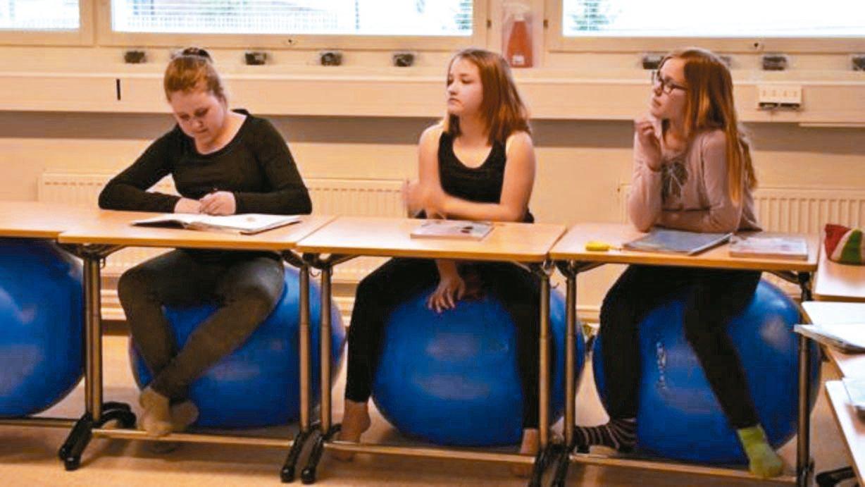 豪霍綜合中學部分教室的椅子是瑜伽球。 圖/英國廣播公司